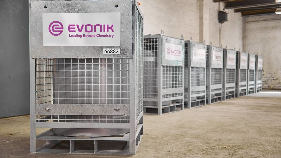 Der Transportbehälter aus Reinaluminium hat ein Fassungsvermögen von 220 Liter und ist in einer Gitterbox mit Schutzrahmen aus Stahl eingebaut, um den Inhalt vor Transportschäden zu schützen.